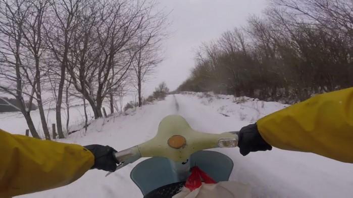 jazda skuterem po sniegu