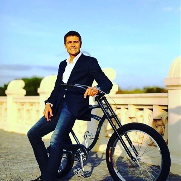 Krzysztof Holowczyc na rowerze