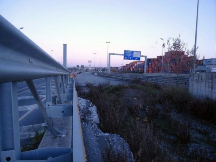 wyrwa w autostradzie w Livorno