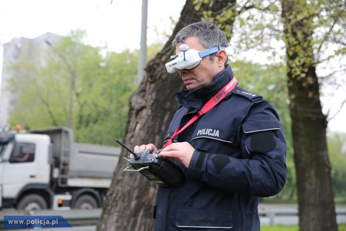 Policjant sterujacy dronem