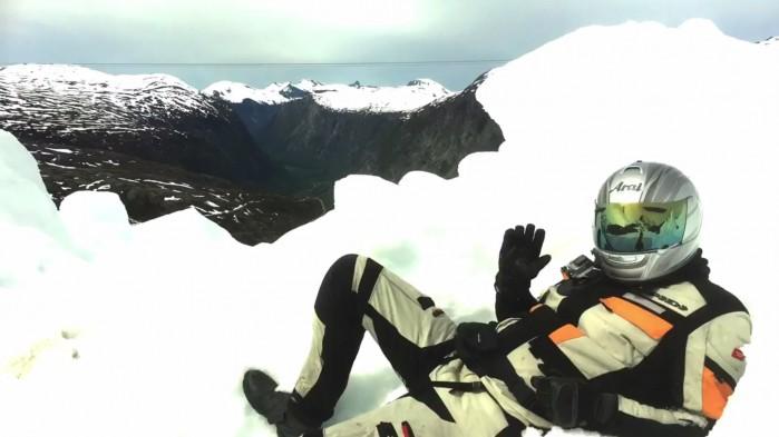 motocyklista na sniegu