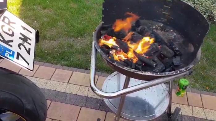 rozpalanie grilla motocyklem