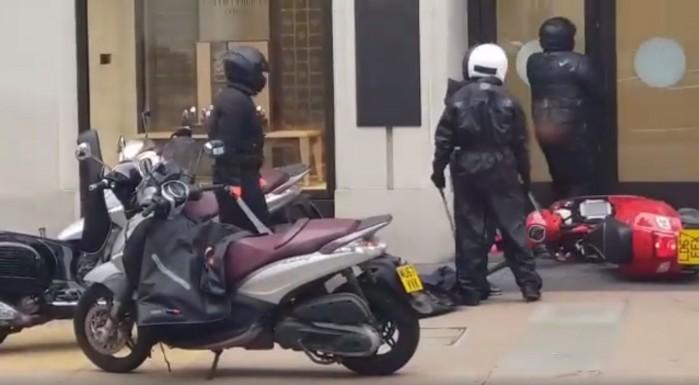 bandyci z maczetami na skuterach