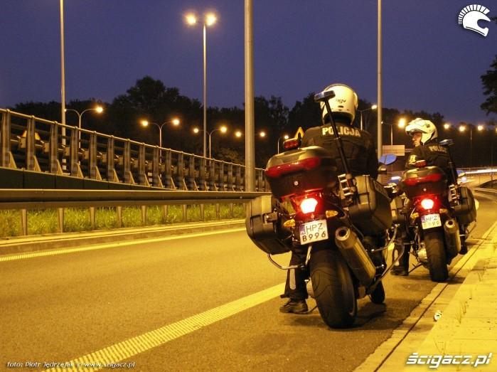 patrol czeka na zloczyncow