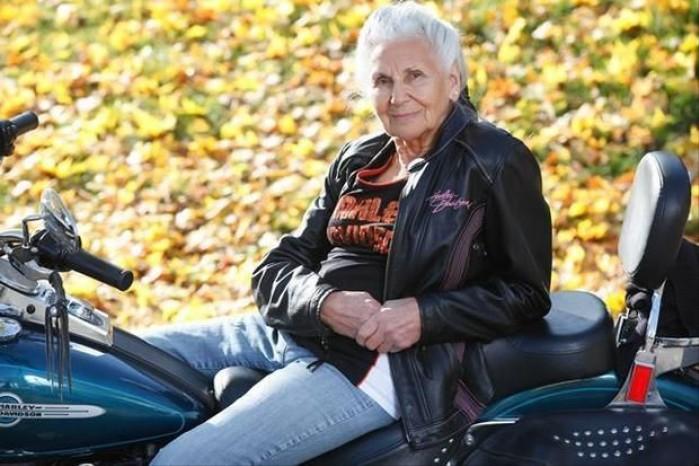 dojrzala motocyklistka
