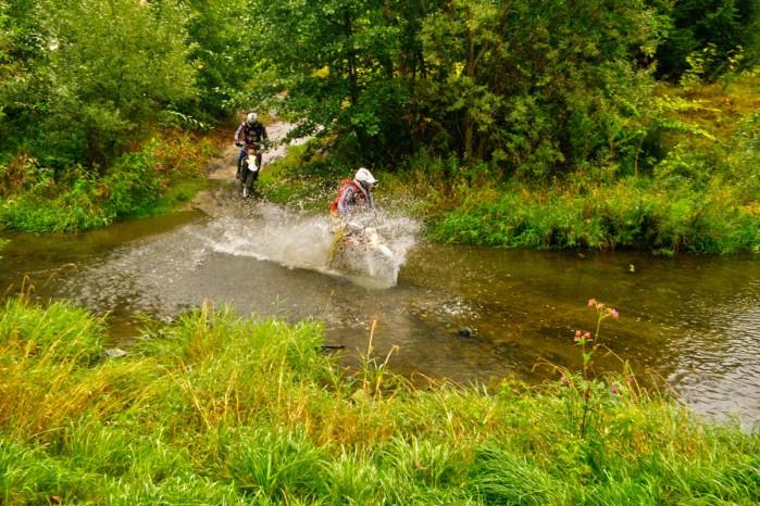 motocykl w wodzie przeprawa