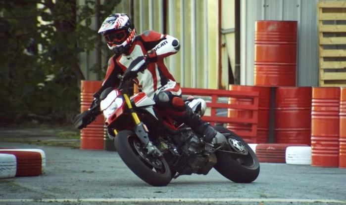 Ducati Hypermotard 950 lata bokiem w starych magazynach