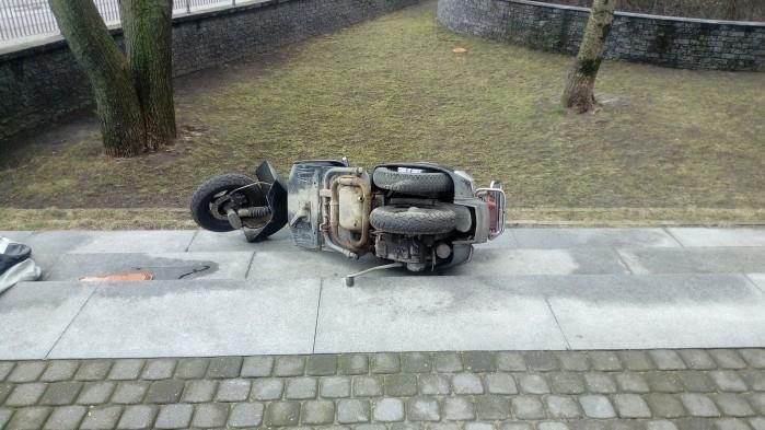 Wiatr przewrocony skuter