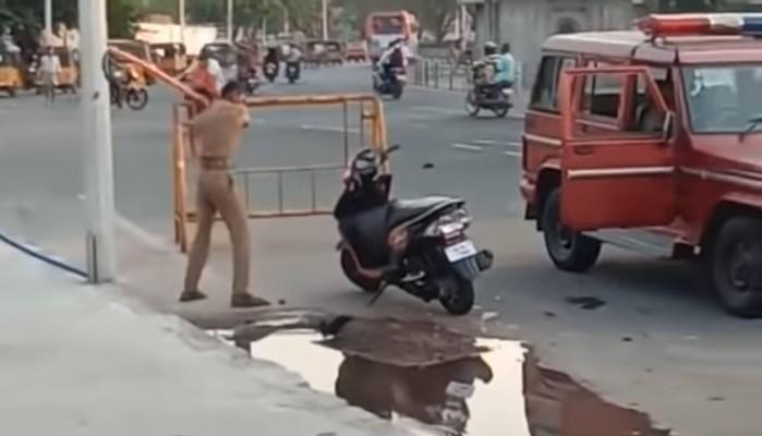 Indyjski policjant demoluje skuter