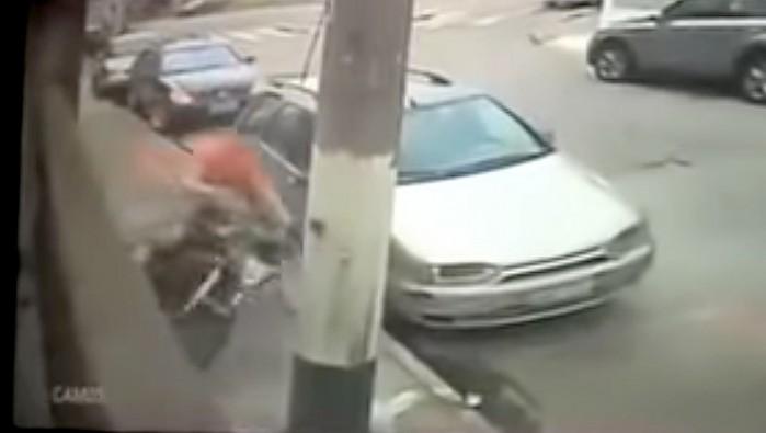 kierowca skutera chowa sie za samochodem ucieka sprytnie przed policja