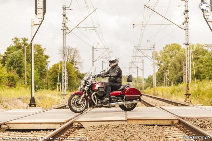 2 Moto Guzzi California 1400 2018 przejazd kolejowy