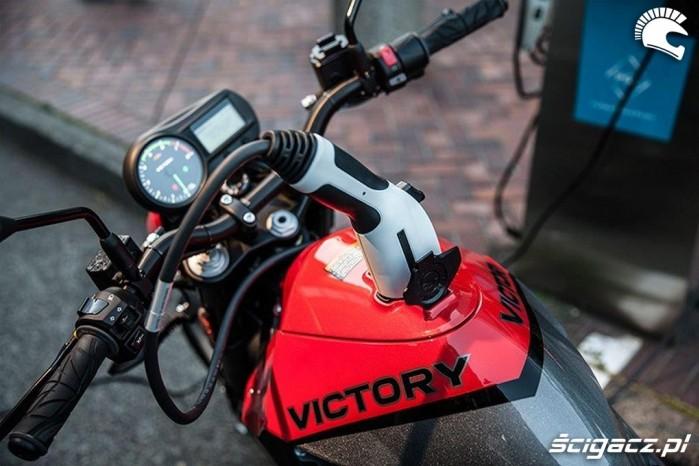 Ladowanie motocykla elektrycznego