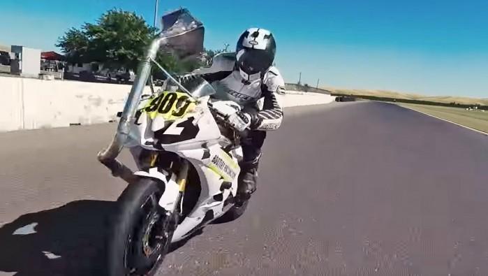 rura wydechu skierowana na motocykliste