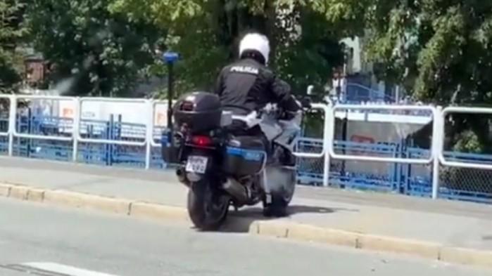 policjant walczy z kraweznikiem