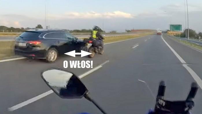 mazda wyprzedza niebezpiecznie motocykl na autostradzie