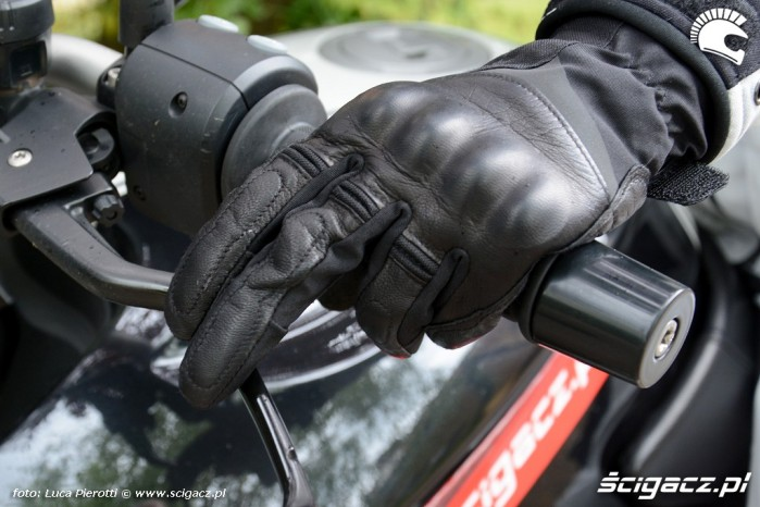 Rekawiczka motocyklowa operowanie sprzeglem