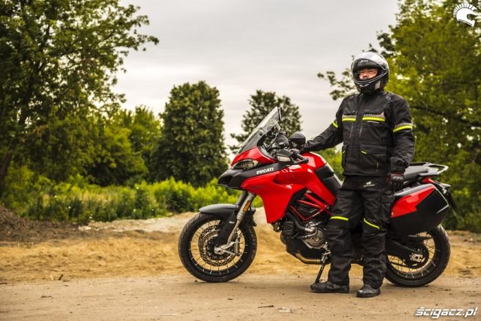 motocyklista w pelnym rynsztunku