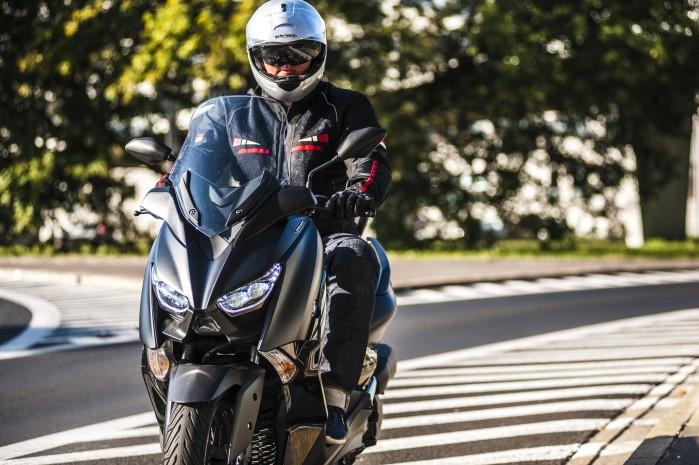 Yamaha Xmax 125 Iron front2