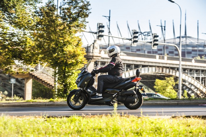 Yamaha Xmax 125 Iron jazda bok