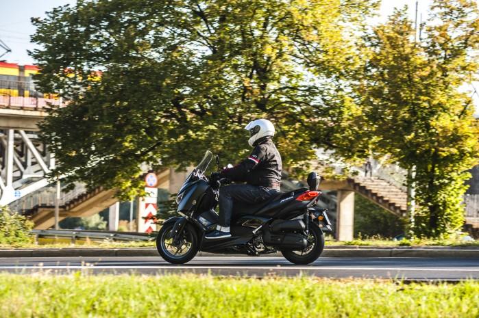 Yamaha Xmax 125 Iron jazda bok3