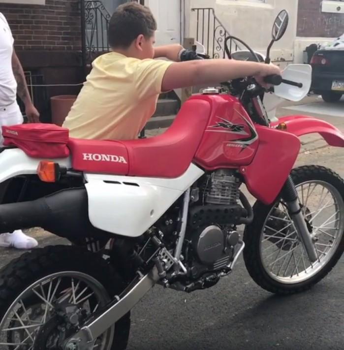 chlopiec na motocyklu