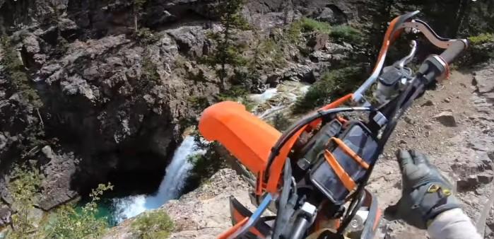 motocykl wpada ze skaly do wody