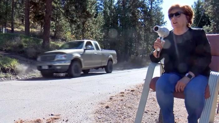 kobieta z suszarka na strazy bezpieczenstwa ruchu drogowego