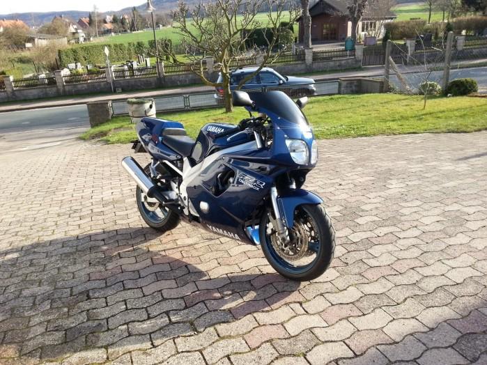 Yamaha FZR600R 3