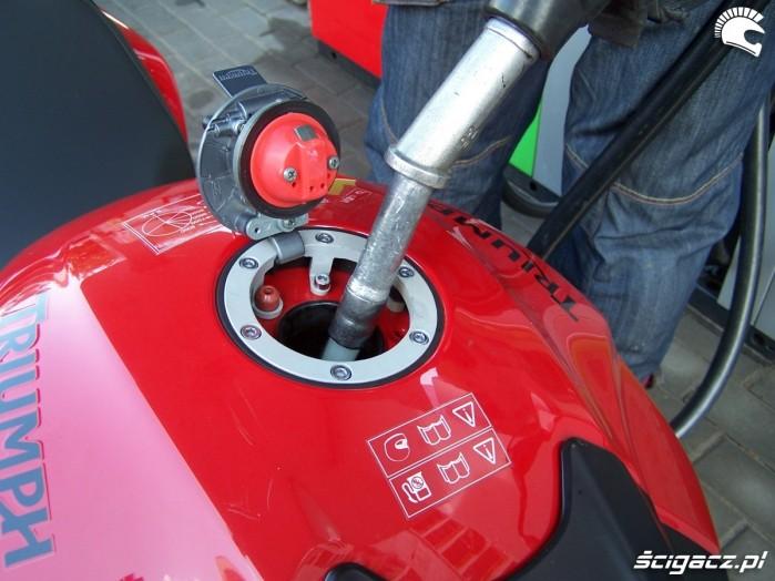 2 tankowanie motocykla