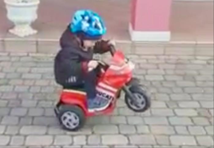 dzieciak wheelie