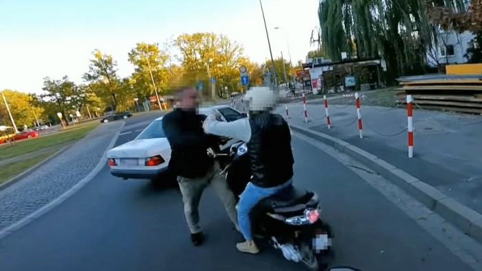 agresywny kierowca atakuje skuterzyste