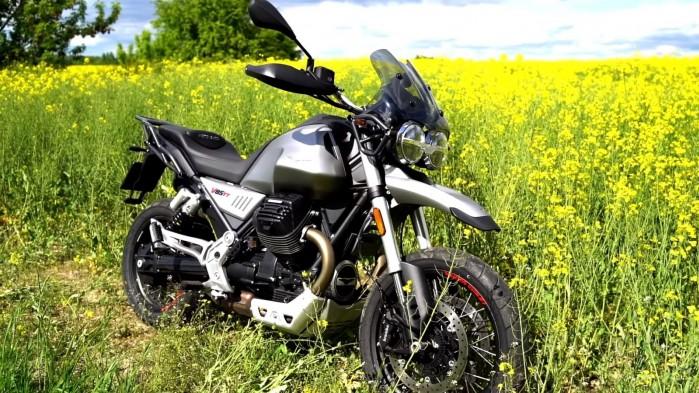 Moto Guzzi V85 TT na lonie natury