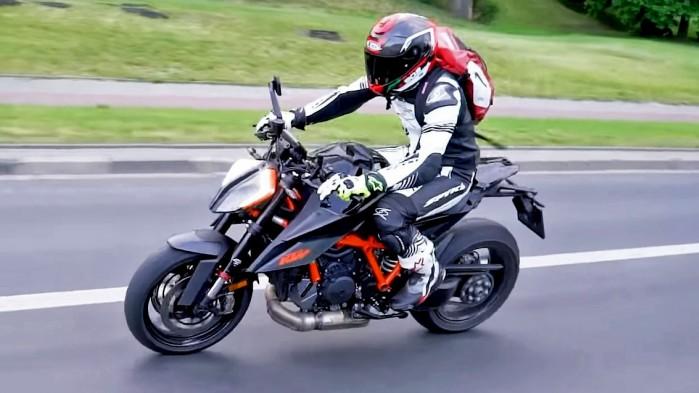KTM 1290 Super Duke R 2020 akcja