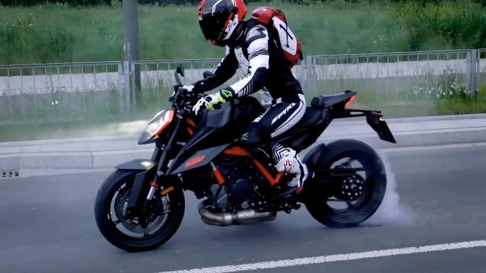 KTM 1290 Super Duke R 2020 burnout