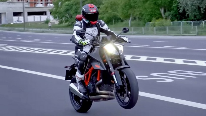 KTM 1290 Super Duke R 2020 wheelie