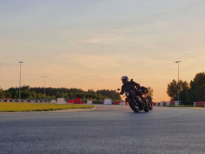 Motocyklem na tor zachod slonca