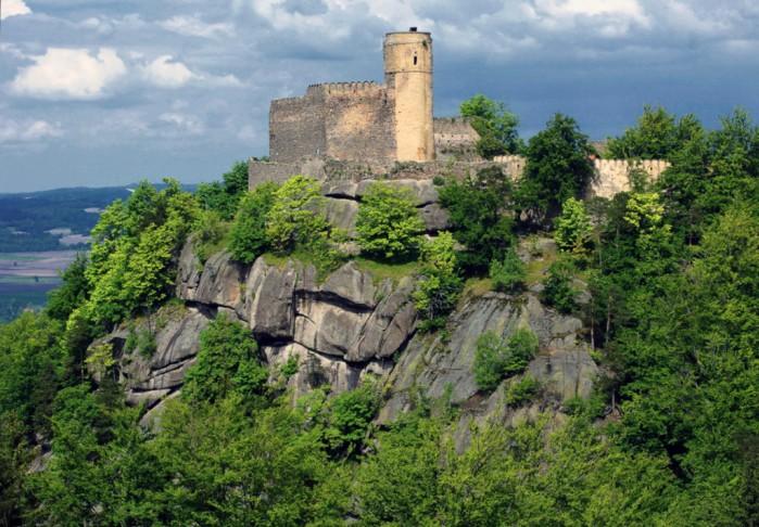 1024px Chojnik Castle