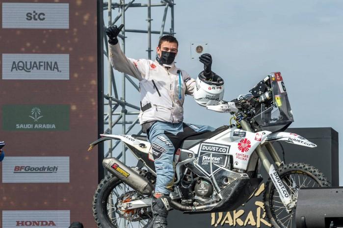 Konrad Dabrowski na mecie Rajdu Dakar 2021