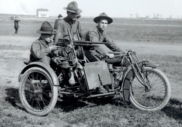 Amerykanski motocykl Indian z karabinem maszynowy na ramie wozka bocznego