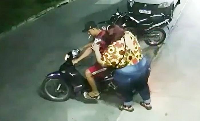 gruby pasazer na skuterze wheelie i wypadek