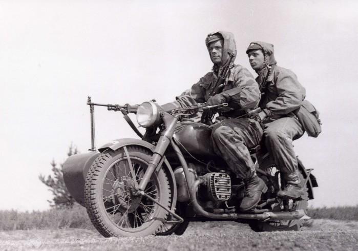 Motocykl M 72 z karabinem maszynowym zamontowany na w lzku bocznym