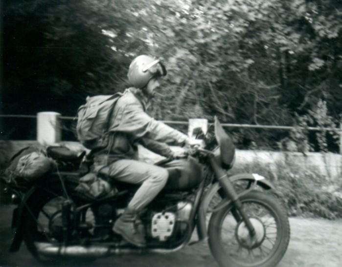 Pisz cy te s owa Tomasz Szczerbicki na motocyklu M 72. Rok 1989