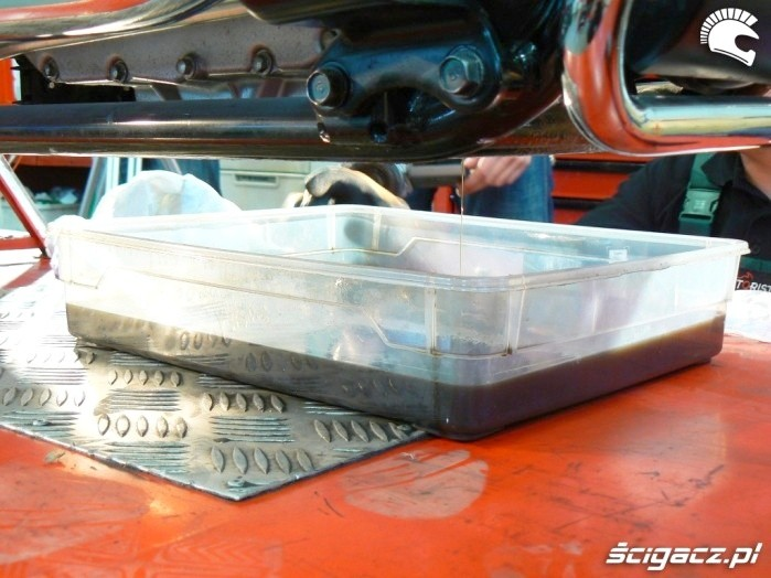 zbieranie oleju z silnika motocyklowego