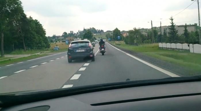 zmiana odleglosci do wyprzedzanego motocykla z 1 do 1 5 metra
