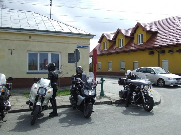 09 Na rynku w Bolimowie pojemnik na gaz trujacy sluzy jako dzwon alarmowy