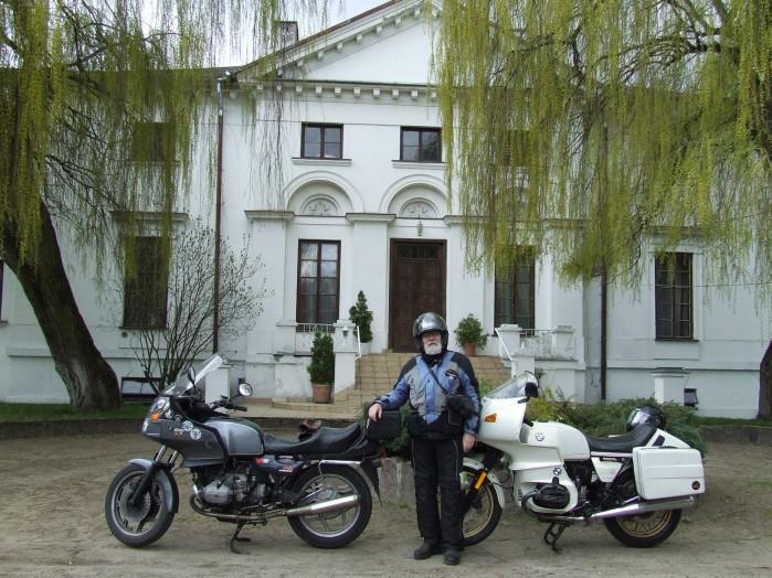 11 Przed palacykiem laczynskich rodzina Pani Walewskiej w Kiernozi