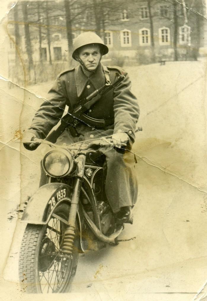 Motocykl BMW R35 produkcji powojennej w jednostce wojskowej w orach. Rok 1951