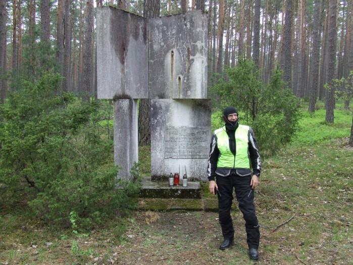 09 Betonowy pomnik utrwalacza wladzy i jej konfidenta rozstrzelanego przez zolnierzy zelaznego