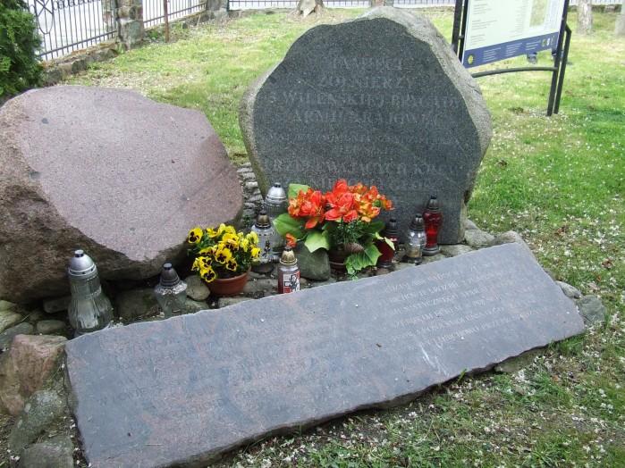 12 Kamien w Lubiechowie przy kosciele upamietnia wyczyn zelaznego