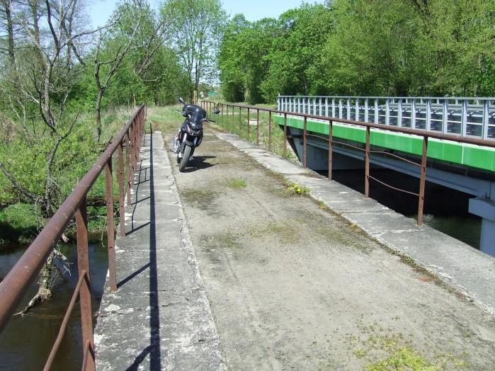 16 W Dziektarzewie ciagle jest czynny stary mostek na Wkrze